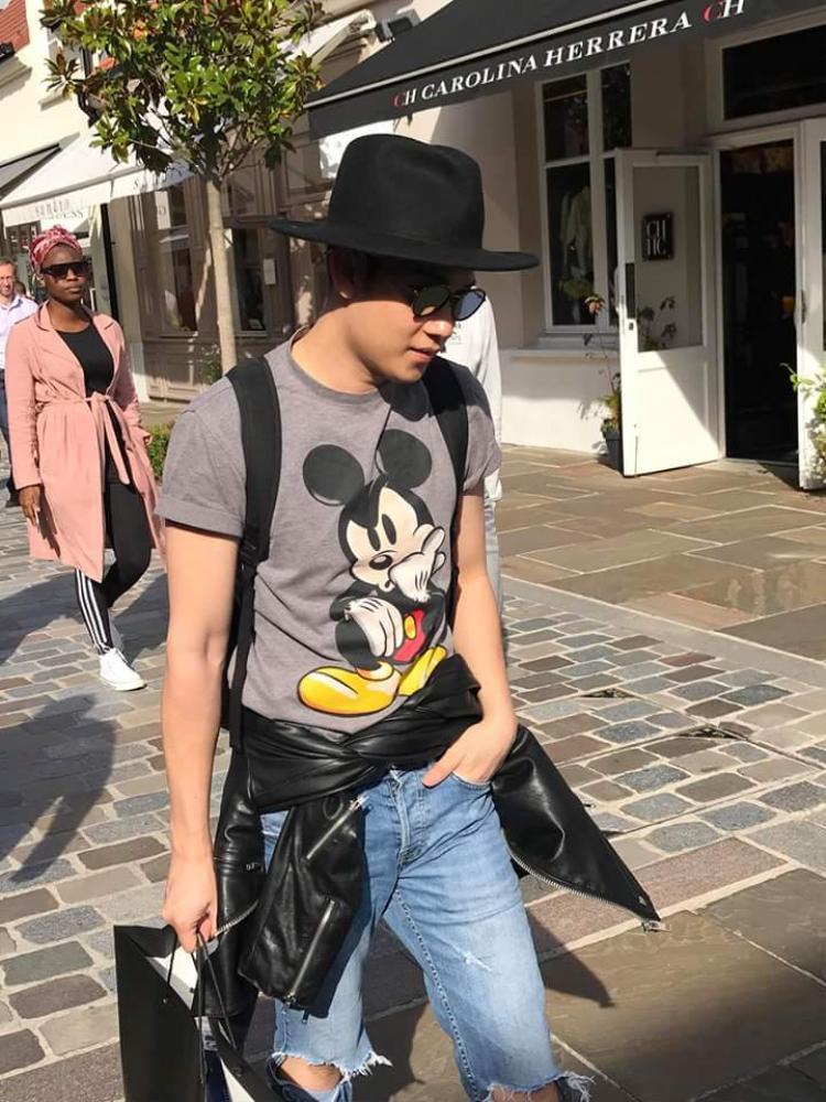 Đôi lúc em trai Hoài Linh thoải mái với áo thun basic. Giọng ca Paris By Night mê mệt chiếc áo thun mickey này. Anh phối cùng mũ fedora, quần jean cùng cột áo khoác da quanh eo làm điểm nhấn.