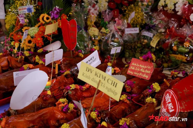 Nhiều nghệ sĩ dâng heo quay, hoa quả lên Tổ nghiệp để bày tỏ lòng thành kính.