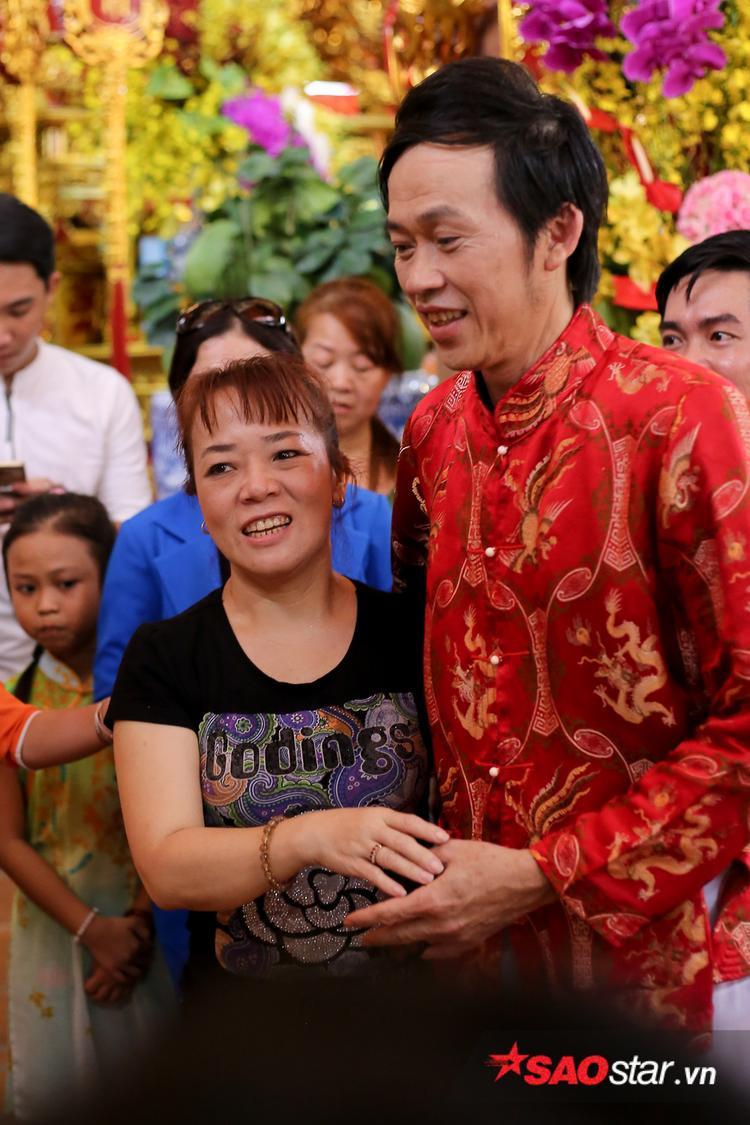 Cô Út của Phương Mỹ Chi vui vẻ ôm nghệ sĩ Hoài Linh khi vừa bước vào đền.