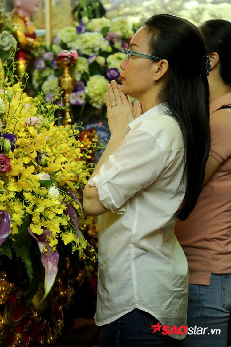 Cẩm Ly thành tâm khấn nguyện trước bàn thờ Tổ nghiệp.