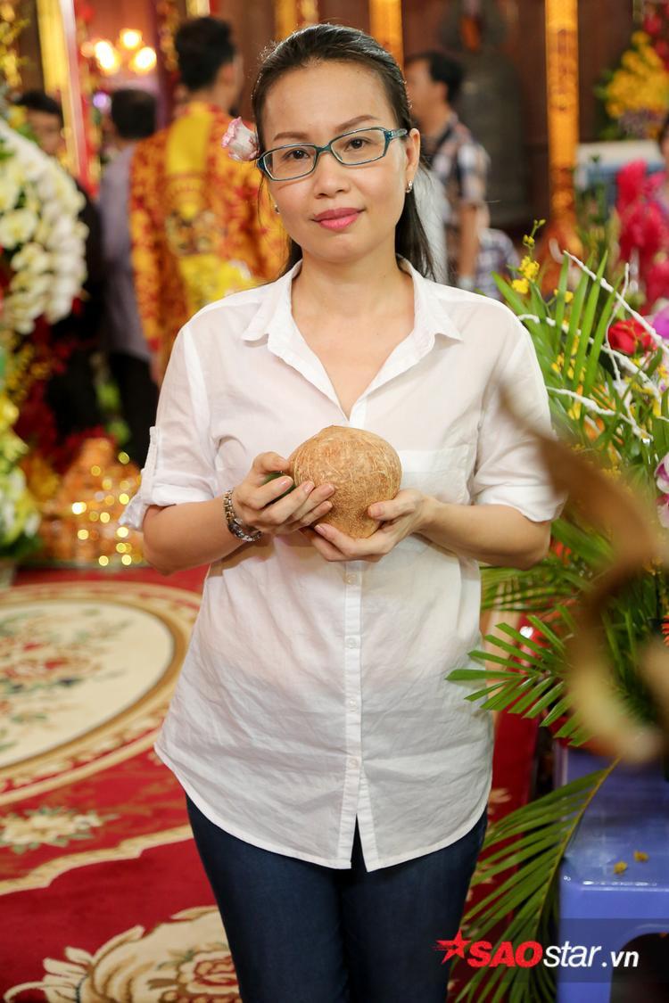 Cựu HLV Giọng hát Việt nhí ăn mặc giản dị.