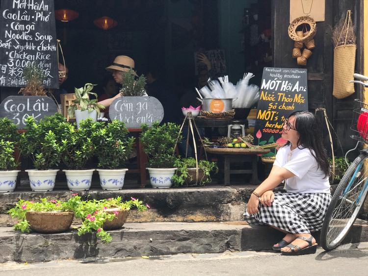 Dừng chân uống trà sen ở giữa phố cổ Hội An