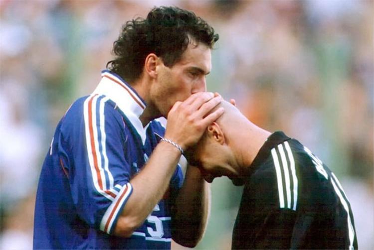 Blanc hôn đầu hói của Barthez đã trở thành hình ảnh lịch sử.