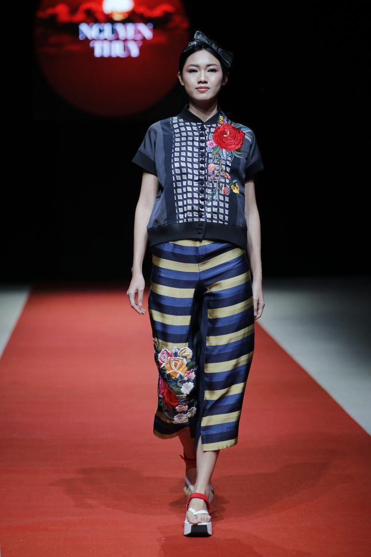 """Không thua kém Kim Dung, Thanh Tú vốn xuất thân từ một sân chơi nhan sắc cũng được nhiều nhà thiết kế yêu thích. Thời gian gần đây, á hậu liên tiếp được các nhà nhãn hàng để mắt, mời tham gia sàn runway. Đêm qua, cô trở thành """"nàng thơ"""" của Cao Duy và Huyền Nhung."""