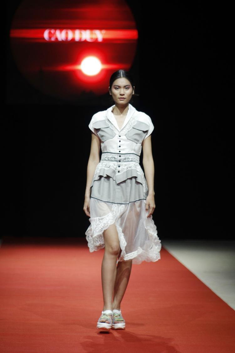 """Sau cuộc thi Vietnam's Next Top Model 2017, Kim Dung đã chứng tỏ bản lĩnh """"ngôi sao"""" với những bước sải đầy chuyên nghiệp, cùng thần thái toả sáng trên sàn catwalk."""