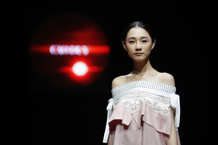 """Đêm thứ hai Tuần lễ Thời trang Xuân Hè 2018 khép lại với những bộ sưu tập mang tiếng nói mạnh mẽ gửi đến thị trường thời trang. Tính ứng dụng thể hiện rõ nét trong từng chi tiết, cũng như sự trưởng thành của các nhà thiết kế chính là dấu hiệu """"mùa xuân"""" dành cho thời trang Việt Nam."""