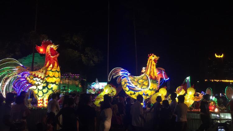 Đây là lễ hội truyền thống từ nhiều năm nay ở Tuyên Quang. Mỗi phường sẽ có một chiếc xe chở đèn lồng khổng lồ, bắt đầu rước từ khoảng 10/8 âm lịch.