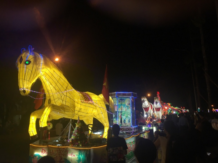 Ngoài đêm hội chính, người dân và du khách còn có những trải nghiệm Tết Trung thu trong suốt 2 tuần với nhiều hoạt động sôi nổi như lễ hội ẩm thực, thi đấu các trò chơi dân tộc.