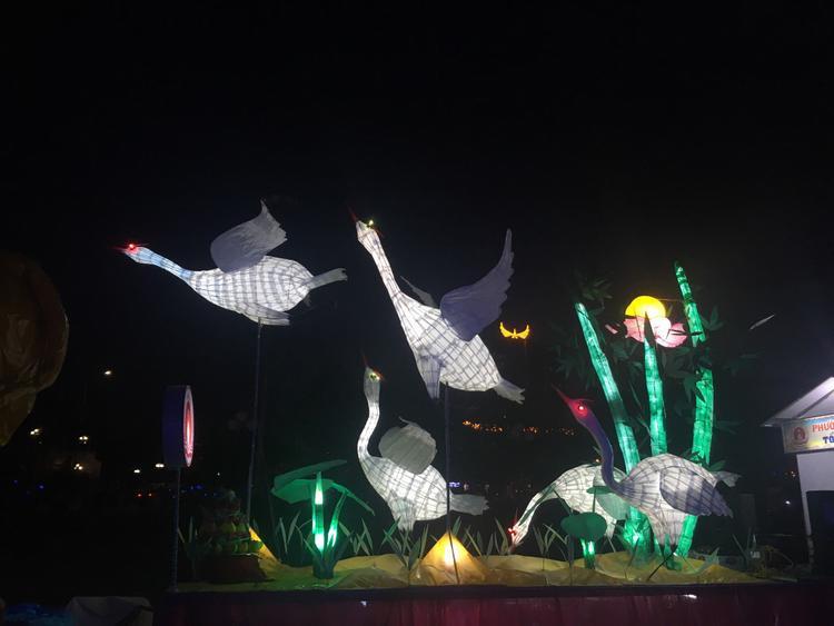 TP Tuyên Quang chỉ cách Hà Nội 130 km, người dân thân thiện, và đặc biệt là thiếu nữ thành Tuyên nổi tiếng xinh đẹp cùng lễ diễu hành đèn lồng hoành tráng sẽ cho bạn những trải nghiệm tuyệt vời trong mùa Trung thu mà không nơi nào có được.