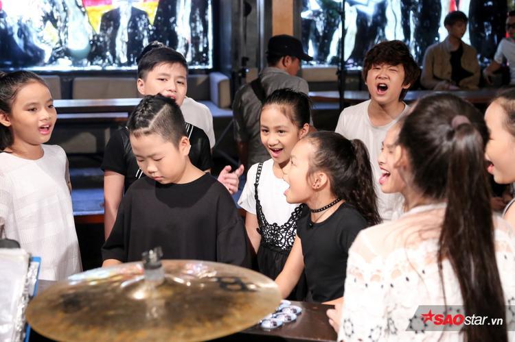 Các học trò hào hứng hoà ca với Lạc trôi và Đi để trở về.