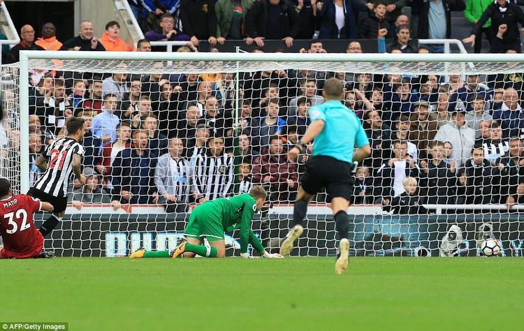 Liverpool thủng lưới lãng xẹt vì sự hớ hênh của hàng phòng ngự.