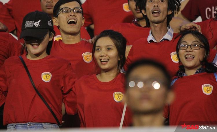 """Sự """"máu lửa"""" của anh Chủ tịch đẹp trai làm các fan nữ xinh đẹp thích thú. Các cô gái này không ngại đội mưa hò hét cổ vũ suốt trận đấu."""