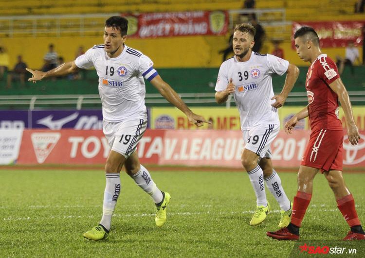Phút thứ 18, thầy trò HLV Lê Huỳnh Đức sớm vươn lên dẫn trước nhờ bàn thắng bằng đầu đẳng cấp của tiền đạo đội trưởng Đỗ Merlo (số 19).