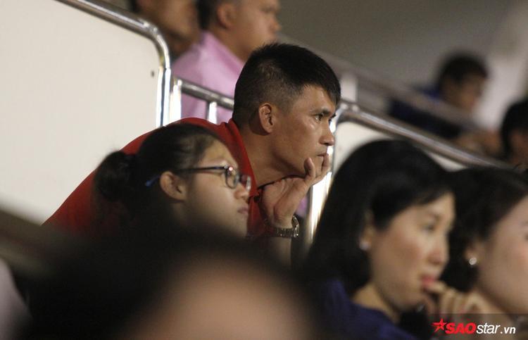 Quyền Chủ tịch CLB TP.HCM Lê Công Vinh ngồi chăm chút theo dõi đội bóng thi đấu. Anh không khỏi lo lắng khi đội nhà bị dẫn trước dù có thế trận ngang cơ với đội khách.