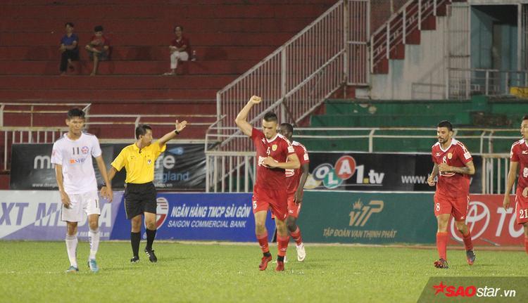 Nỗ lực của đội bóng áo đỏ cũng được đền đáp ở phút 33. Đặng Văn Robert có pha ra chân nhanh như điện trong vòng cấm gỡ hòa cho đội nhà.