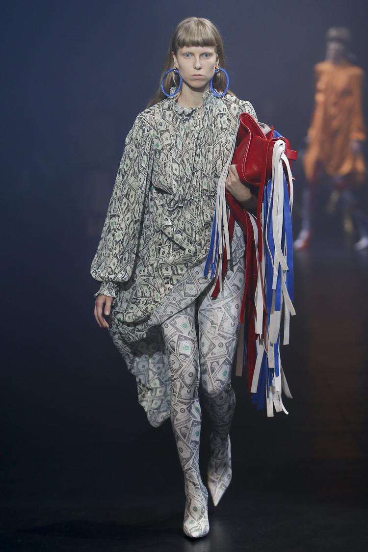 Họa tiết đô la trong thiết kế của Demna Gvasalia. Không dừng lại ở trang phục và giày boots, túi xách cũng là điểm đáng quan tâm của thương hiệu Balenciaga.
