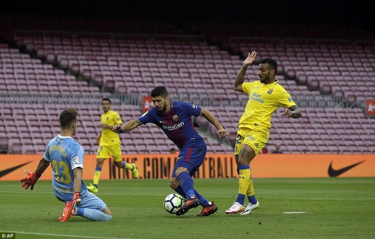Trong trận đấu này, Suarez để lại dấu ấn bằng 2 đường kiến tạo cho Messi. Tuy nhiên, anh cũng có một tình huống ăn vạ phải nhận thẻ vàng gây tranh cãi.