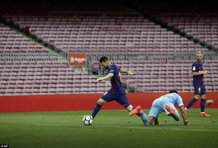 Có được bàn mở tỉ số, Barca thi đấu thanh thoát hơn rất nhiều.Phút 70 tỉ số đã là 2-0 cho Barca. Messi có pha thoát xuống cực kỳ thông minh rồi biến thủ môn chơi rất hay từ đầu trận Chichizola thành gã hề bằng tình huống lừa bóng khôn khéo qua người đối thủ để dứt điểm vào lưới trống.
