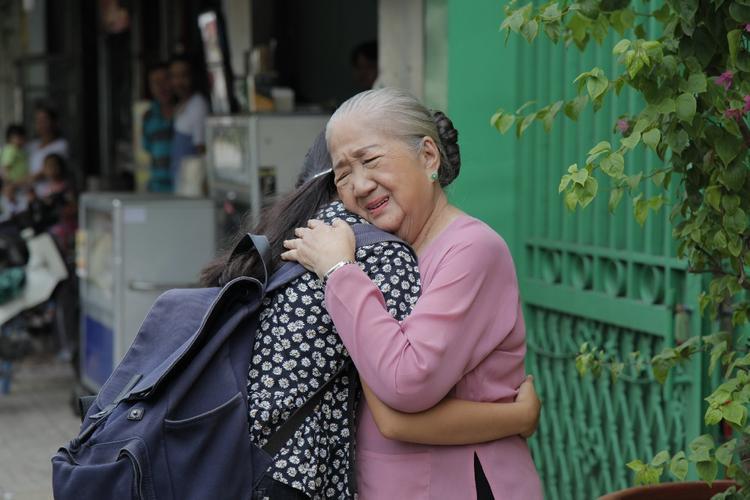 """Chia sẻ về phân cảnh cảm động nhất trong MV, ekip yêu cầu cô bé phải khóc thật cảm xúc nhưng mãi em không khóc được dẫn tới chậm tiến độ quay và bản thân vô cùng lo lắng. Bỗng, bà ngoại được gia đình dẫn vào khán phòng khiến """"chị Bảy"""" vỡ oà xúc động."""