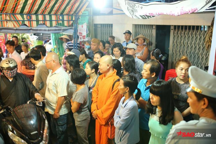 Khá đông người dân cũng có mặt để đưa tiễn nam danh hài về nơi an nghỉ cuối cùng.