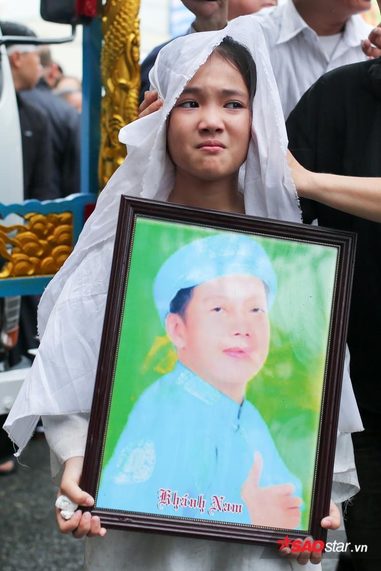 Bé Khánh Nhi khóc nấc bên di ảnh bố.