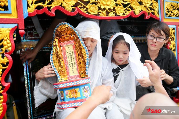 Mặc trời mưa lớn, nhiều khán giả vẫn có mặt đưa tiễn danh hài Khánh Nam về đất mẹ