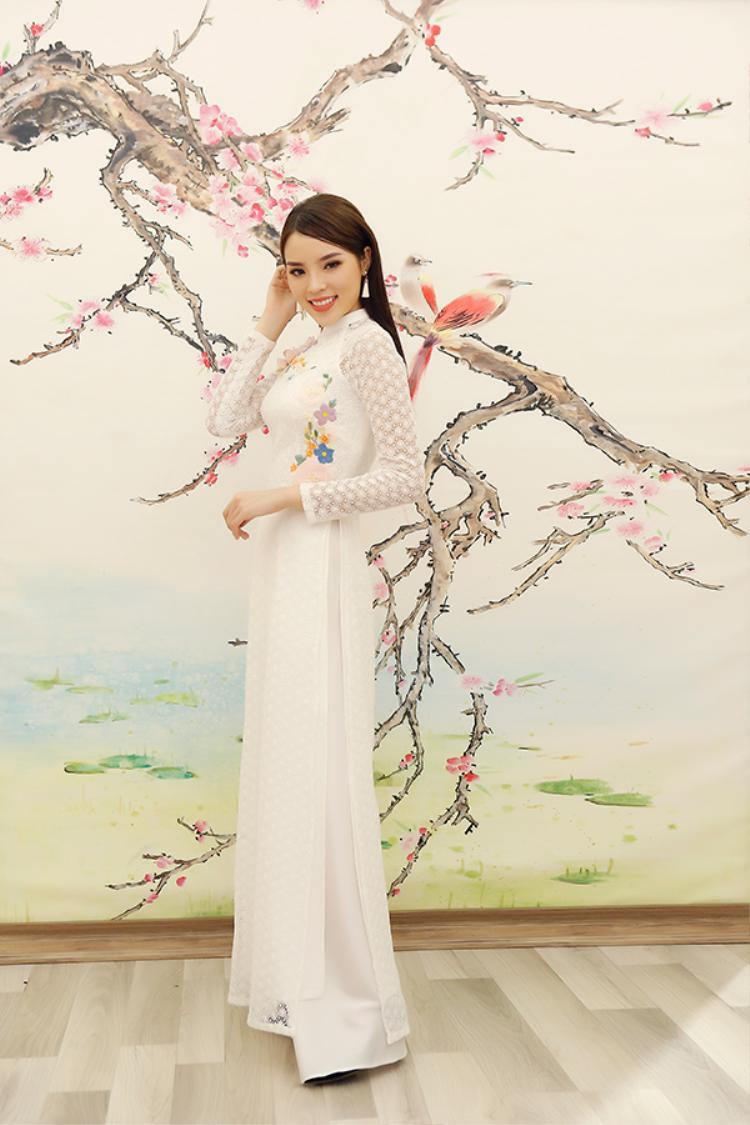 Trong khi đó, Hoa hậu Kỳ Duyên lại xuất hiện với tà áo dài trắng dịu dàng.