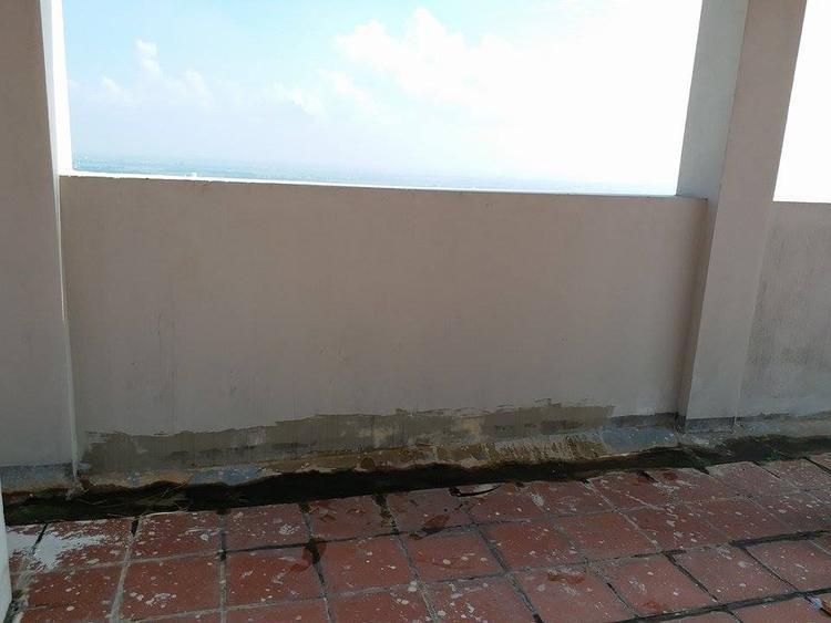 Khung cửa sổ nơi nạn nhân rơi xuống hiện vẫn còn nhiều mảng kính vỡ vụn.