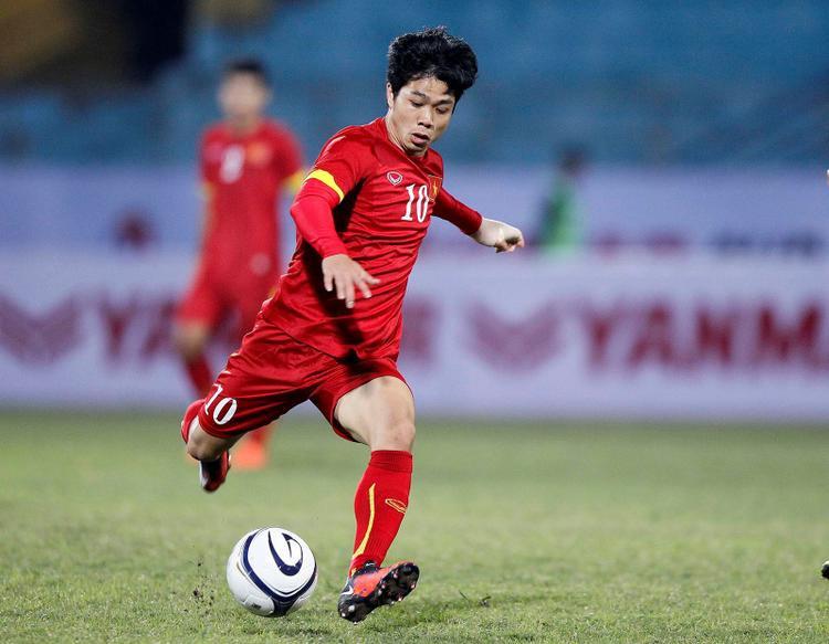 """Công Phượng là cái tên được chú ý nhiều nhất trong đội hình từng gây sốt làng bóng đá Việt của U19 Việt Nam cách đây vài năm. Sở hữu lối đá kỹ thuật, lắc léo, Phượng được ví von là """"Messi của bóng đá Việt"""". Chắc fan túc cầu Việt vẫn chưa thể quên được pha đi bóng qua một """"rừng"""" cầu thủ tuyển U19 Úc để ghi bàn của Phượng tại vòng bảng U19 Đông Nam Á 2014."""