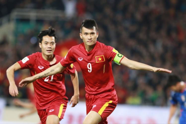 Lê Công Vinh được xem là một trong những huyền thoại sống của bóng đá Việt Nam. Trong màu áo tuyển quốc gia, anh sở hữu kỷ lục với 51 bàn thắng. Trong đó có cú đánh đầu ngược mang về chiếc cúp AFF 2008 cho đội tuyển Việt Nam.