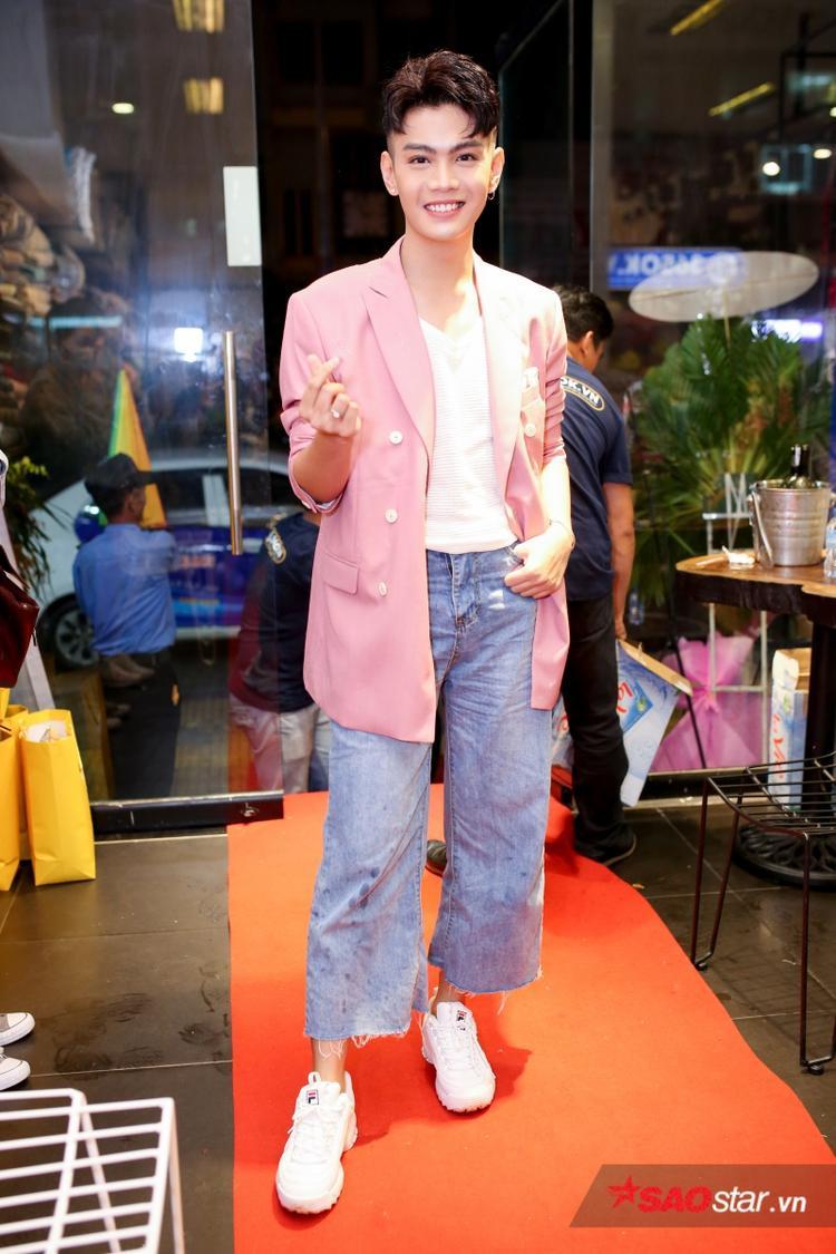 Đào Bá Lộc diện vest hồng nhã nhặn, kết hợp cùng quần ngố và giày thể thao năng động.