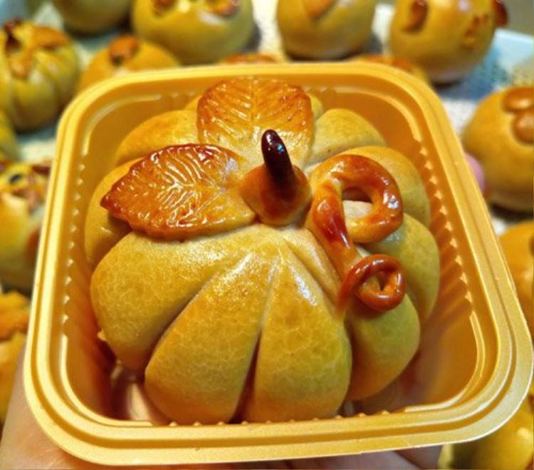 Bánh nướng hình trái bí ngô mini nhân thập cẩm, hạt sen, đậu xanh…