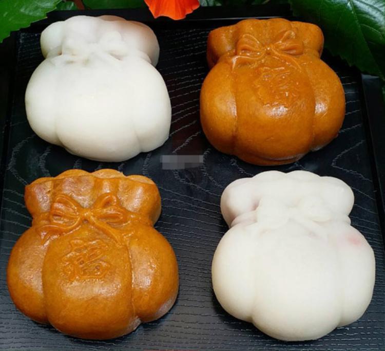 Bánh túi vàng được bán theo set 4 chiếc, thích hợp làm quà đem biếu.