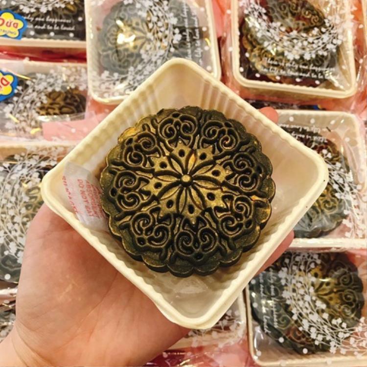 Bánh trung thu tinh than tre phủ nhũ vàng đang được nhiều người ưa chuộng.