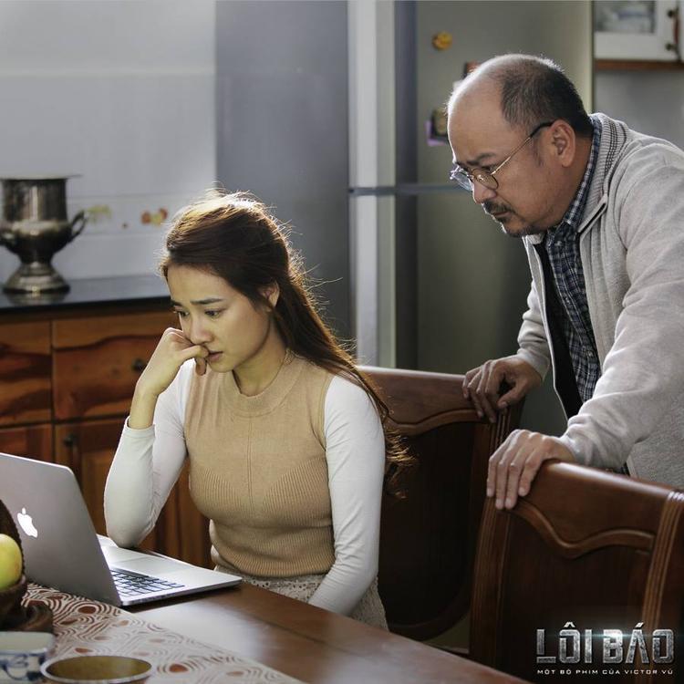 Cô cùng vị bác sĩ (Hoàng Sơn đóng) tìm cách cứu chữa anh.