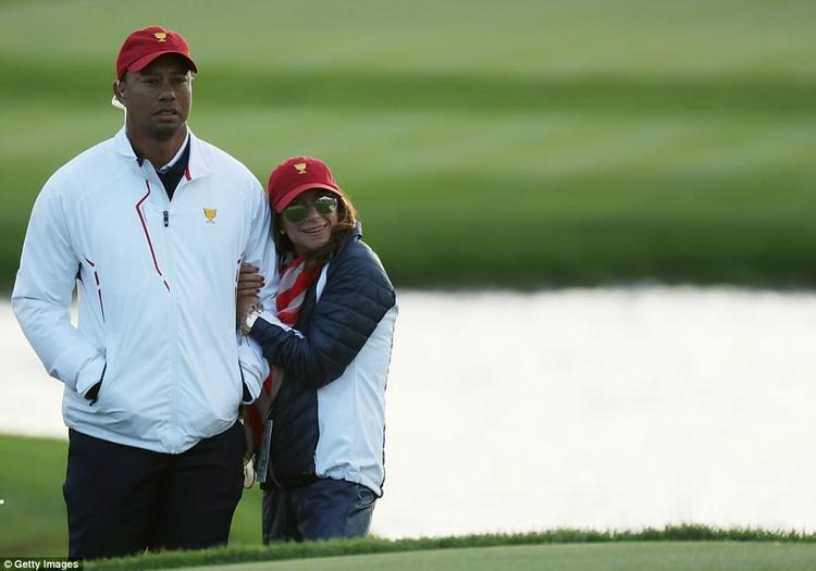 Erica Herman biểu hiện như bồ của Tiger Woods.