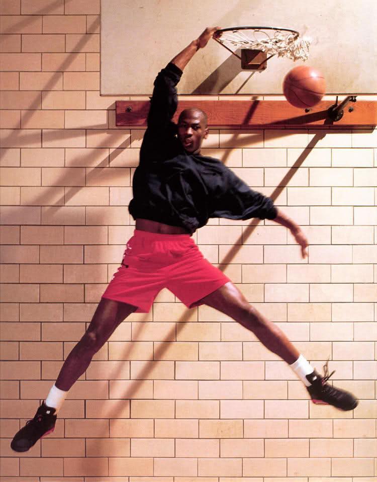 Michael Jordan giải nghệ từ lâu, nhưng giày của anh cùng tư thế ghi điểm này vẫn đầy sức hấp dẫn.
