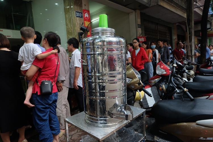 Để phục vụ khách tốt hơn, cửa hàng để bình nước để mọi người chờ đợi khát uống.