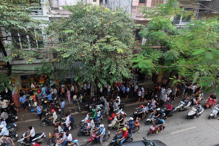 Cảnh hàng trăm người dân rồng rắn xếp hàng chờ mua bánh Trung thu Bảo Phương.