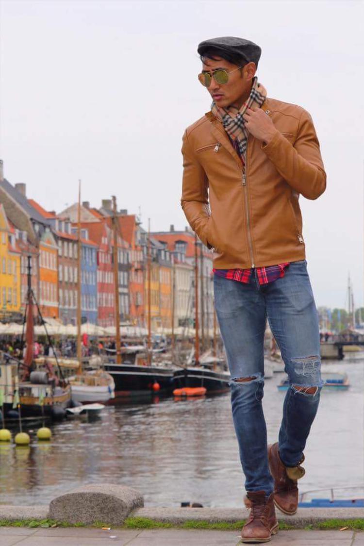 Rhonee cũng chọn áo khoác da, nhưng kiểu dáng và cách phối mang đến cái nhìn lịch lãm hơn.