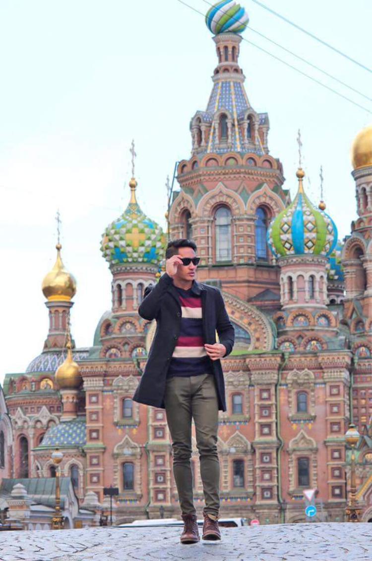 Người yêu của diễn viên phim Hot boy nổi loạn lựa chọn áo khoác đen, layer cùng áo thun sọc và quần bên trong theo tông màu cổ điển.