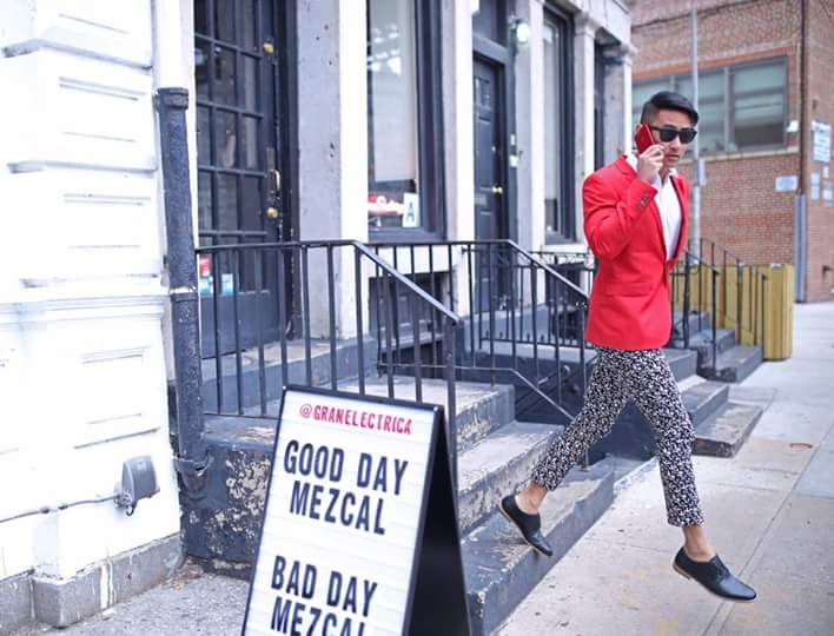 … thì chàng siêu mẫu Thái Lan cũng không chịu kém cạnh khi mặc vest đỏ nổi bật phối kèm quần họa tiết tông màu trung tính. Bộ đôi kính mát đen và giày đủ để nói lên gout ăn mặc cực đỉnh của nam người mẫu lai 5 dòng máu.