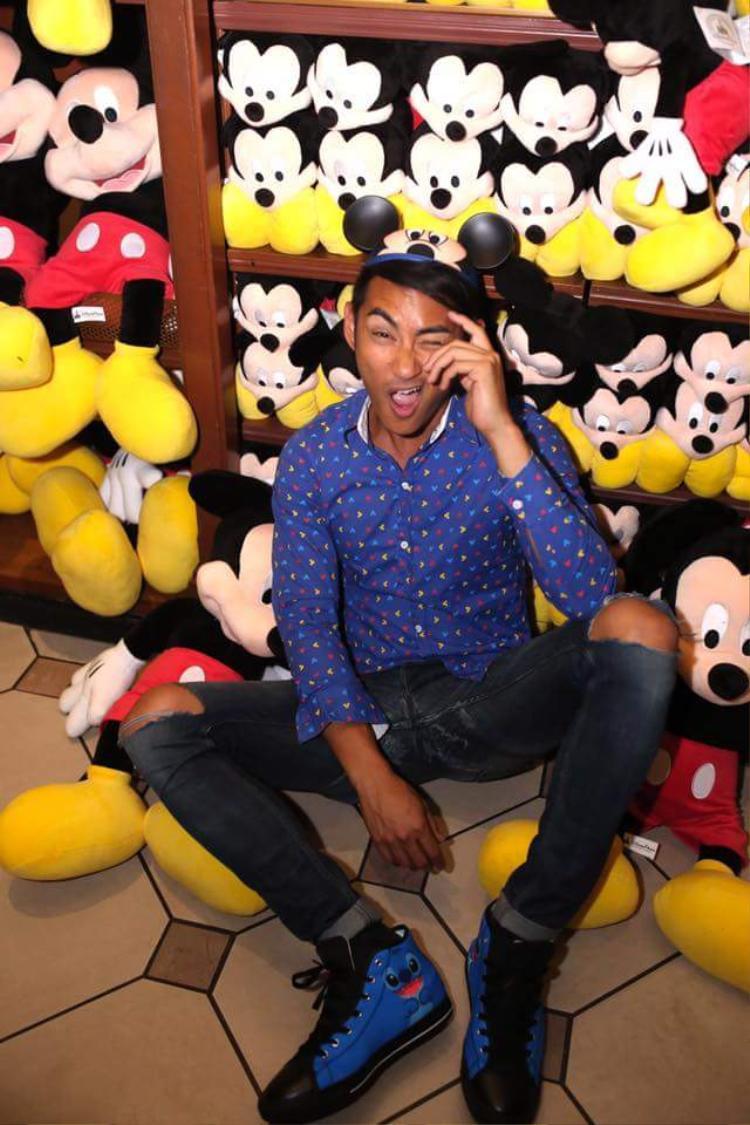 Nếu như Rhonee Rojas chọn sơmi xanh, cùng giày xanh họa tiết hoạt hình, nón chuột Mickey quá đỗi đáng yêu…