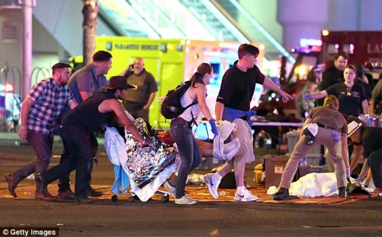 Bạn Laura (nón đen) cùng những người khác giúp đỡ một người bị thương.