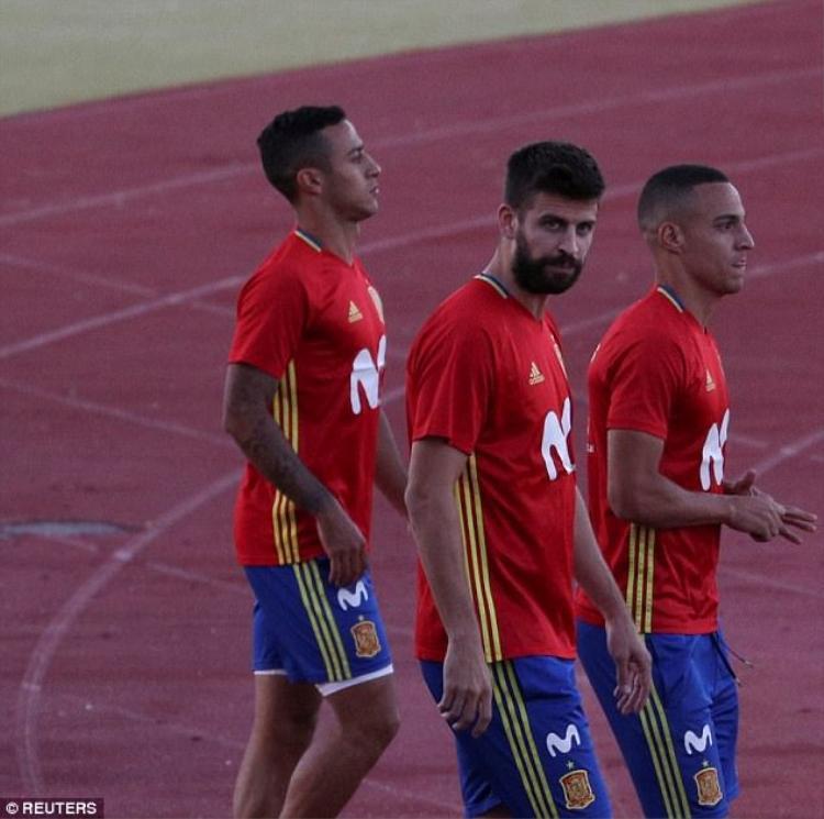 Pique bị la ó khi lên tập trung cùng đội tuyển quốc gia.
