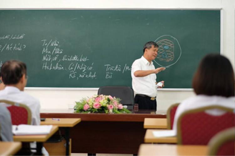 Giáo sư đã dành một khoảng thời gian ngắn để trao đổi với các đồng nghiệp trong buổi họp cuối cùng với cương vị là Viện trưởng.