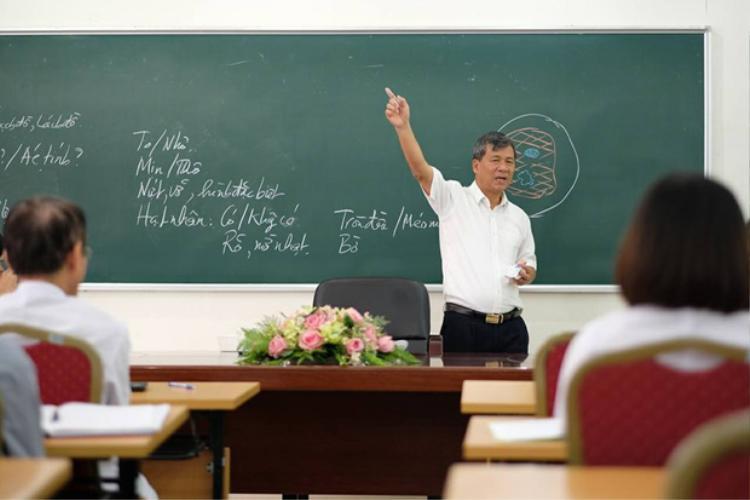 Giáo sư đầy tâm huyết trên bục giảng.