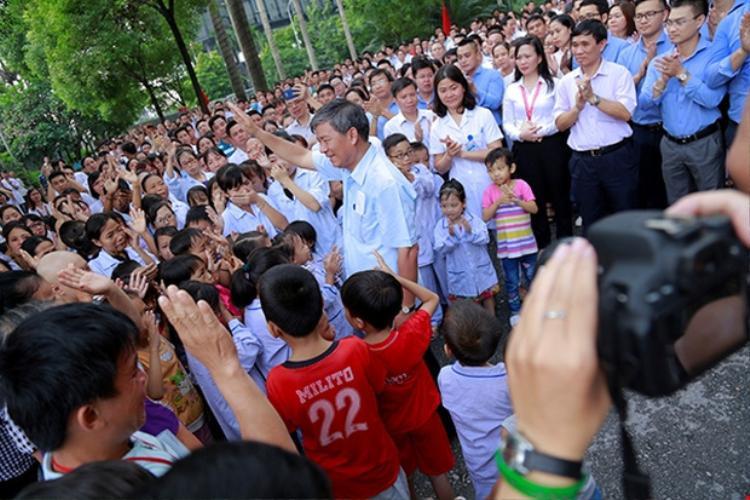 Giáo sư Nguyễn Anh Trí nhận được rất nhiều tình cảm từ các bệnh nhân của mình.Ảnh: Viện Huyết học - Truyền máu Trung ương