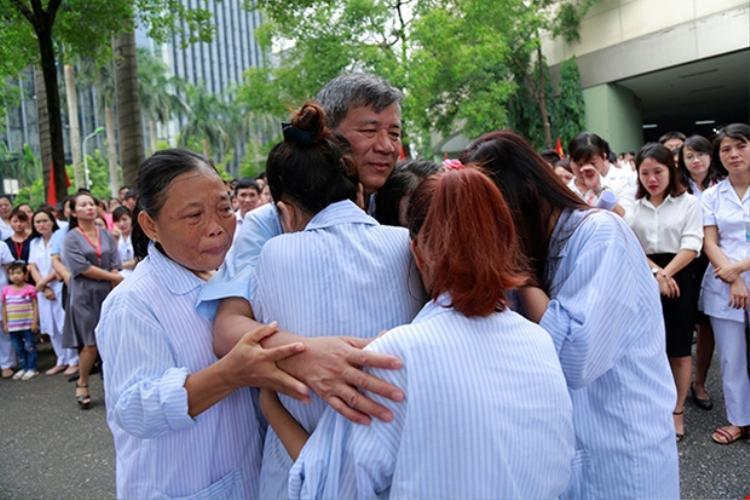 """""""Được cứu chữa cho bà con, được phục vụ cho nhân dân là niềm vui và hạnh phúc vô bờ bến của tôi"""" - GS.Nguyễn Anh Trí"""