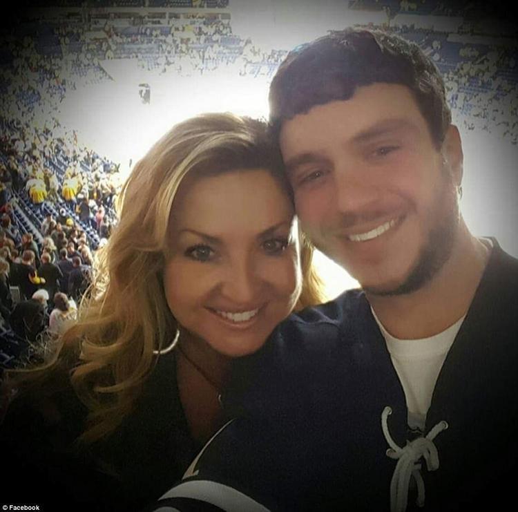 """Sonny Melton, 29 tuổi, thiệt mạng sau khi cứu người vợ Heather vào thời điểm vụ xả súng xảy ra. Tổ chức Nhà nước Hồi giáo IS tuyên bố một """"chiến binh"""" của chúng đã thực hiện vụ xả súng khiến ít nhất 59 người chết."""